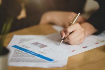 Photo d'une signature de contrat avec un agent immobilier