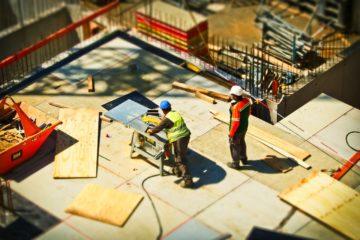 Ouvrier au travail sur le chantier de construction d une maison