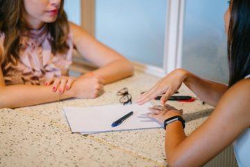 Femmes négociant l'achat d'un bien immobilier
