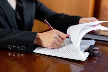 Notaire signant l'acte de notoriété